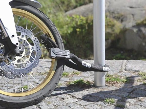 استفاده از قفل و زنجیر برای امن نگه داشتن موتور سیکلت