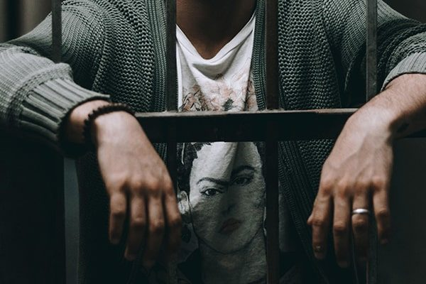 کنترل زندانیان با پابند ردیاب زندانیان