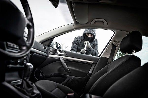 استفاده از قفل فرمان و ردیاب خودرو برای نگهداری از ماشین
